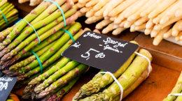 Grüner und weißer Spargel auf dem Markt